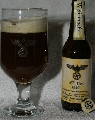 Bierkrüge und Biergläser